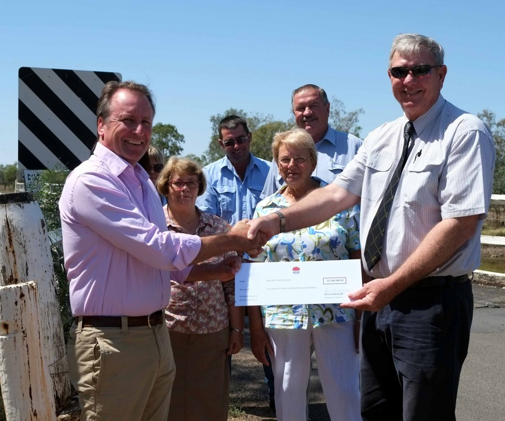 KH presenting Resources for Regions funding to Conrad Bolton_Lagoon Creek Bridge_Wee Waa_Feb 2015
